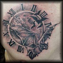 5 vor 12 fledermaus brust tattoo